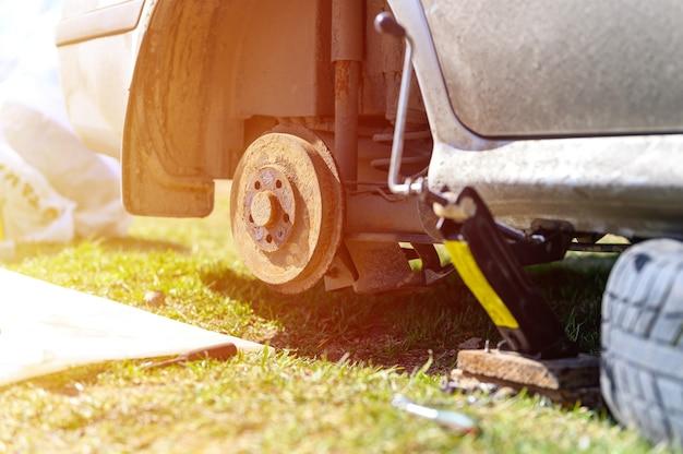 Próprio conserto do freio a tambor do carro. reparo de freio de tambor de carro quebrado desmontado ao ar livre. chama