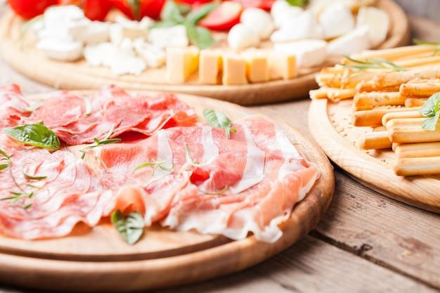 Prosciutto crudo - presunto italiano, tradicional carne fatiada