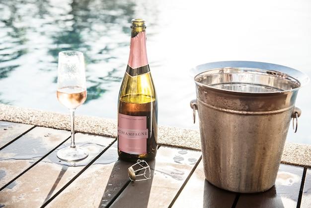 Prosecco de rosa gelado à beira da piscina