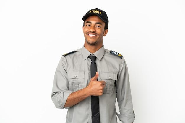 Proteção afro-americana sobre fundo branco isolado fazendo um gesto de polegar para cima