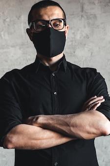 Proteção contra doenças contagiosas, coronavírus. homem usando máscara higiênica para evitar infecções, doenças respiratórias transmitidas pelo ar, como gripe, 2019-ncov. pandemia, genocídio, saúde.
