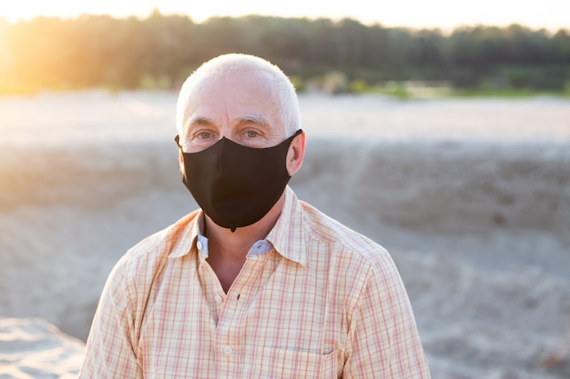 Proteção contra doenças contagiosas, coronavírus. homem usando máscara higiênica para prevenir infecções, doenças respiratórias no ar, como gripe, 2019-ncov
