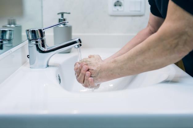 Proteção contra pandemia do vírus corona limpando as mãos