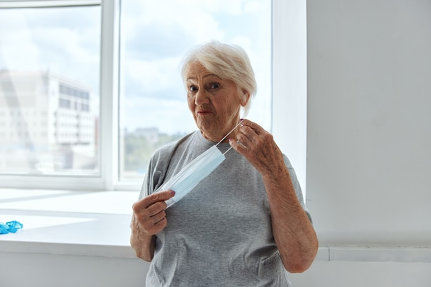 Proteção contra vírus de máscara médica para mulheres idosas