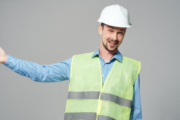 Proteção de construtores masculinos trabalhando fundo claro