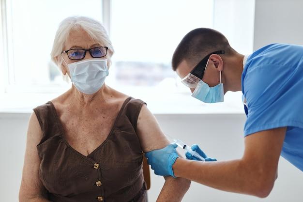 Proteção de imunidade de passaporte de vacina para paciente idosa e médico