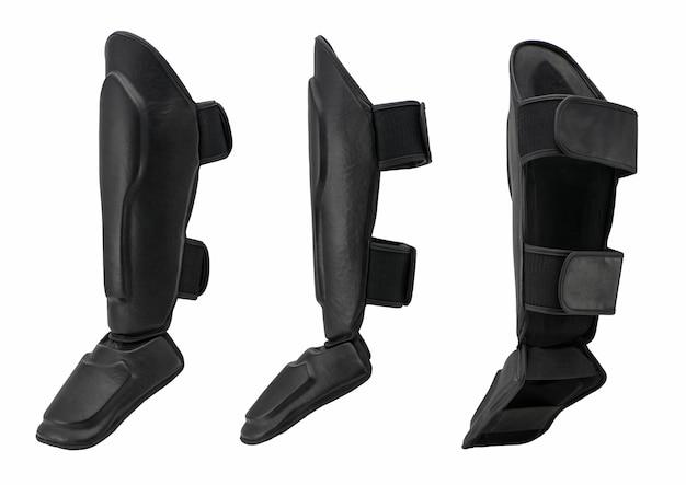 Proteção de pernas e joelhos em caratê e kickboxing, em fundo branco. roupa de esporte