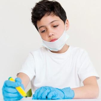 Protecção do rapaz contra o coronavírus