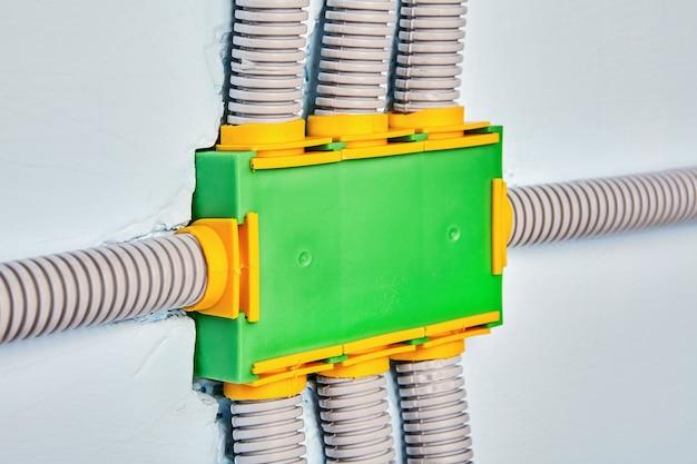 Protegendo os fios contra danos com conduíte elétrico.