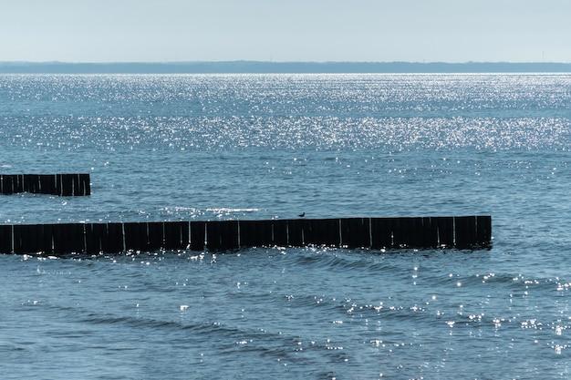Proteger os turistas dos efeitos do clima e da deriva na costa.