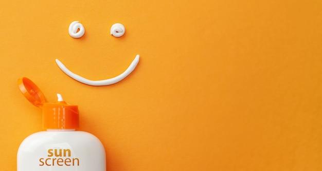 Protetor solar em fundo laranja. frasco plástico de proteção solar e creme branco em forma de smiley, rosto sorridente.