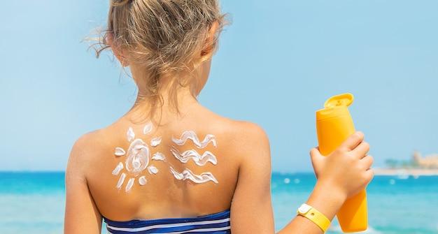 Protetor solar na pele de uma criança.