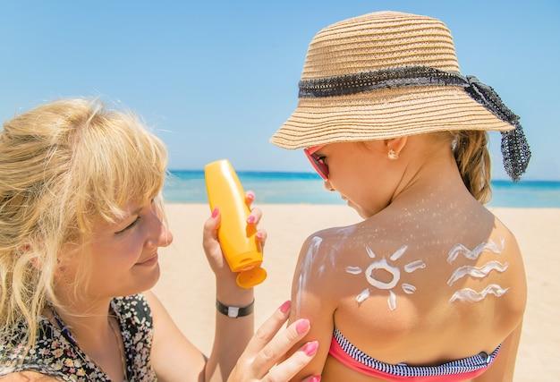 Protetor solar na pele de uma criança