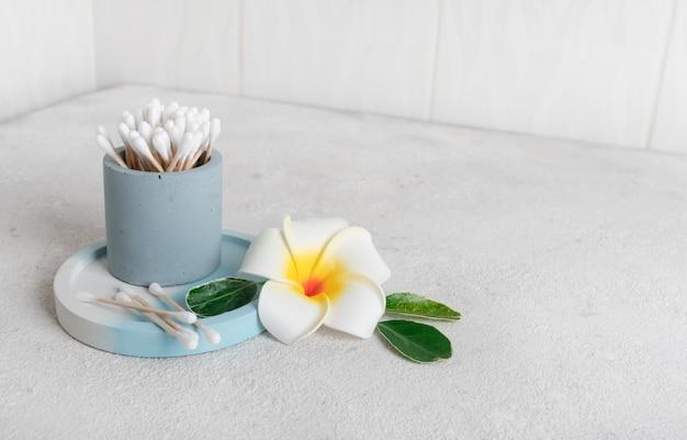 Protetores auriculares de madeira e algodão limpos, ambientalmente recicláveis no banheiro