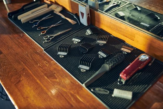 Protetores de corte de cabelo limpos na mesa de uma barbearia