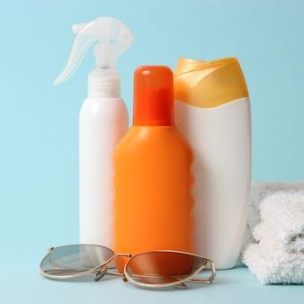 Protetores solares em fundo colorido closeup proteção solar para prevenção de câncer de pele