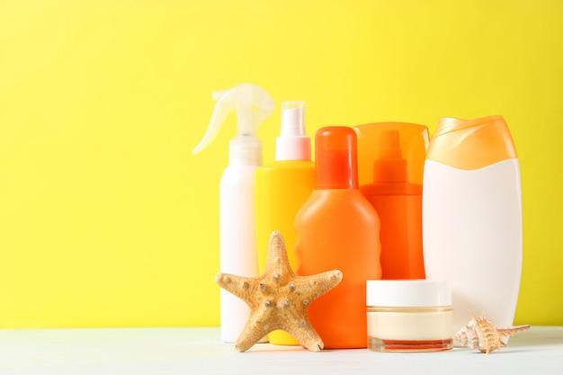 Protetores solares em um fundo colorido. proteção da pele dos raios ultravioleta. foto de alta qualidade
