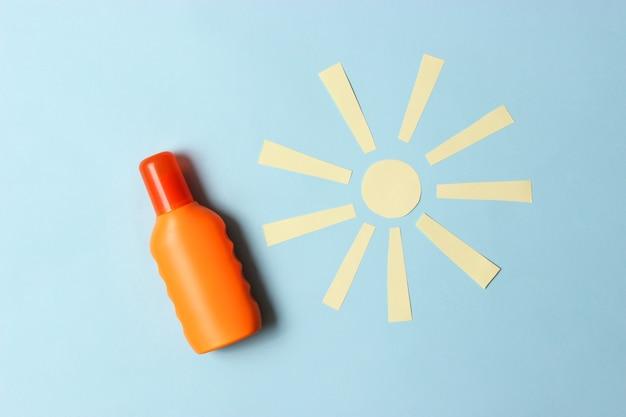 Protetores solares em um plano de fundo colorido. proteção solar para a pele, prevenção do câncer de pele. bronzeado seguro. foto de alta qualidade