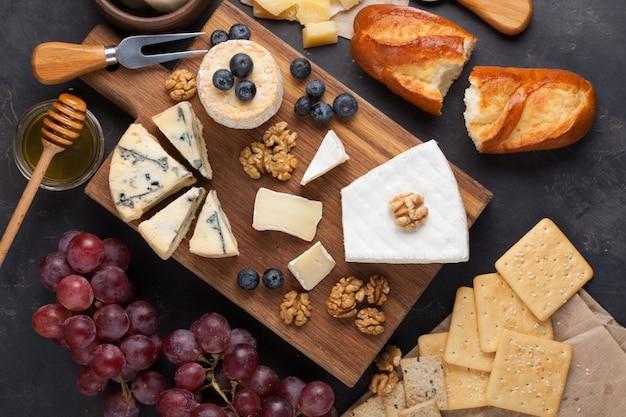 Provando o prato do queijo em uma placa de pedra escura.