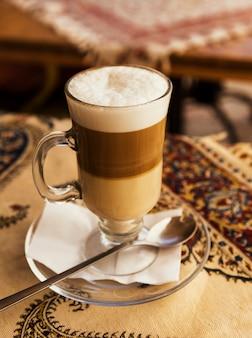 Provei café gelado em uma caneca