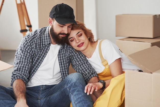 Proximidade das pessoas. casal feliz juntos em sua nova casa. concepção de movimento