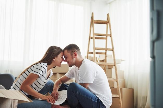 Proximidade das pessoas. casal jovem alegre em seu novo apartamento. concepção de movimento.