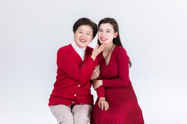 Proximidade de mãe e filha isolada no branco