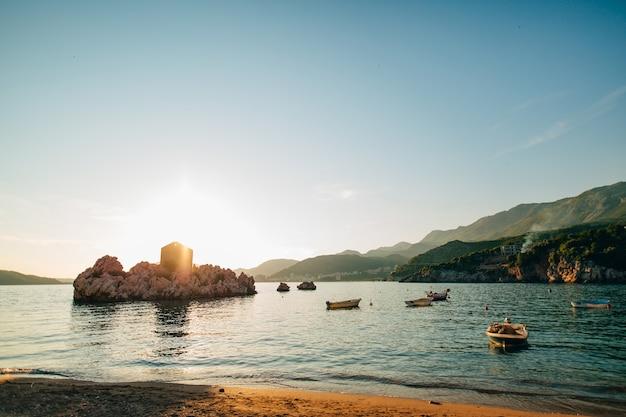 Przno montenegro espreguiçadeiras e guarda-sóis na praia t