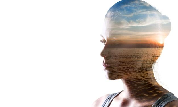 Psicanálise e meditação, conceito. perfil de uma jovem e o pôr do sol sobre o oceano,