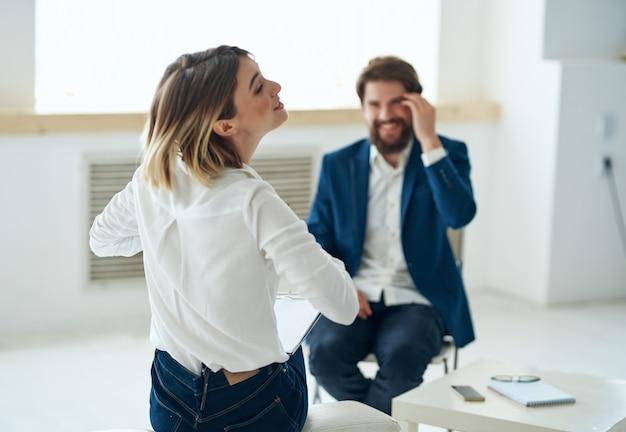 Psicóloga ao lado de estresse de terapia de comunicação do paciente. foto de alta qualidade