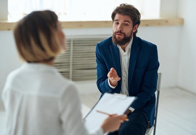 Psicóloga ao lado do homem, pacientes, problemas de comunicação, terapia, estresse