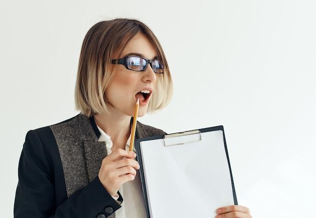 Psicóloga com óculos profissional com papelada