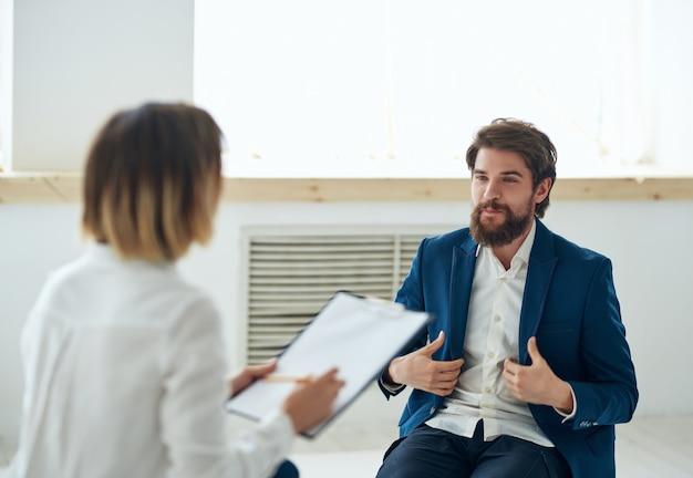 Psicóloga feminina ao lado da consulta de problemas de comunicação com o paciente