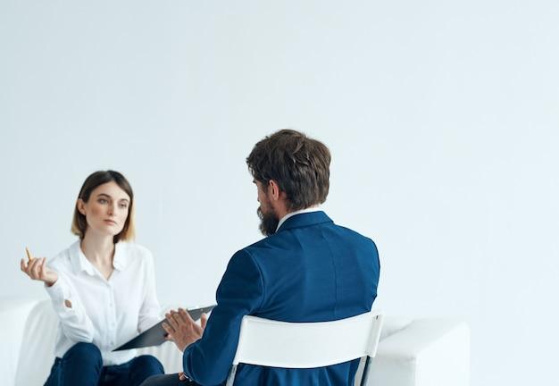 Psicóloga feminina comunica-se com os problemas do paciente terapia de depressão