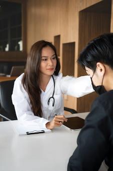 Psicóloga feminina confortando seu paciente deprimido com simpatia.