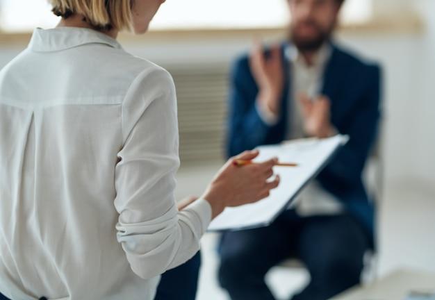 Psicóloga feminina em todas as consultas de diagnóstico profissional
