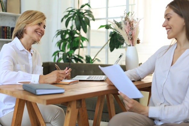 Psicóloga profissional de meia-idade conduzindo uma consulta.