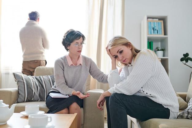 Psicólogo, apoiando a jovem mulher com problemas com o marido
