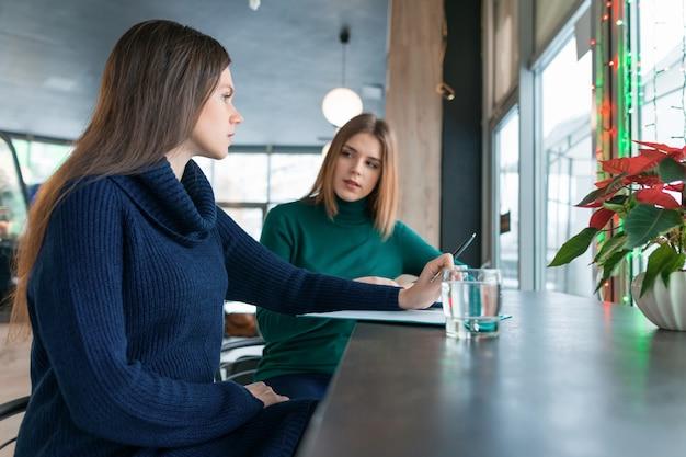 Psicólogo de mulher aconselhamento falando com uma jovem garota.