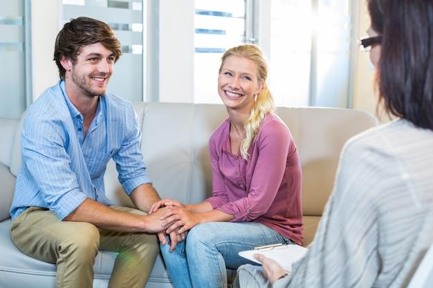 Psicólogo e casal feliz