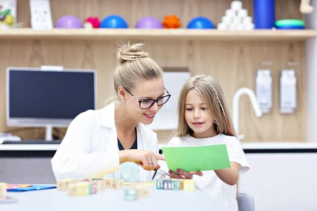 Psicólogo infantil trabalhando com jovem no escritório