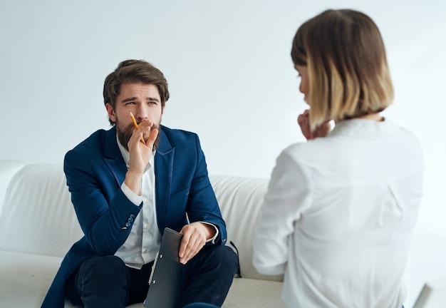 Psicólogo masculino ao lado da pesquisa de análise de psicoterapia de diagnóstico de paciente. foto de alta qualidade