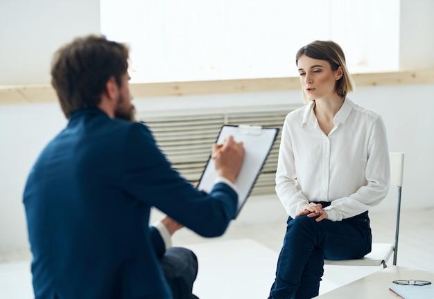 Psicólogo masculino ao lado da pesquisa de análise de psicoterapia de diagnóstico do paciente