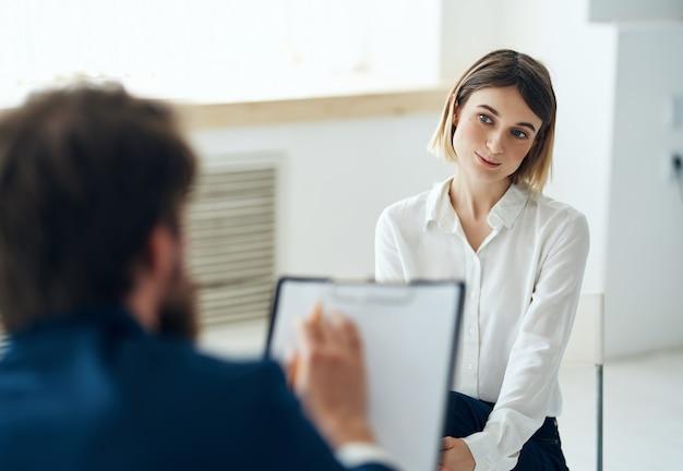 Psicólogo masculino ao lado de mulher paciente terapia consulta tratamento