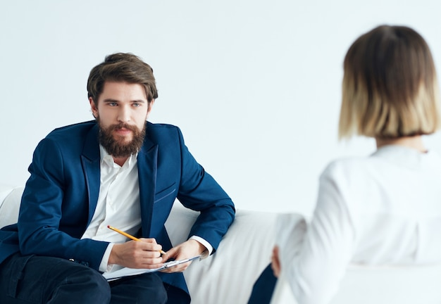 Psicólogo masculino ao lado de mulheres problemas de paciente terapia estresse