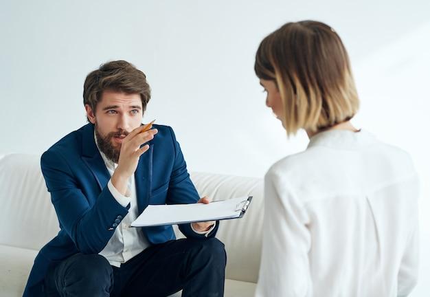 Psicólogo masculino ao lado de pacientes do sexo feminino depressão terapia de comunicação