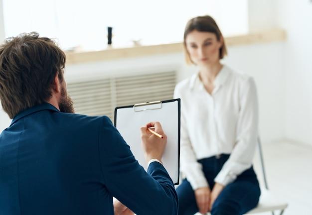 Psicólogo masculino recebendo assistência de consulta de comunicação com o paciente. foto de alta qualidade