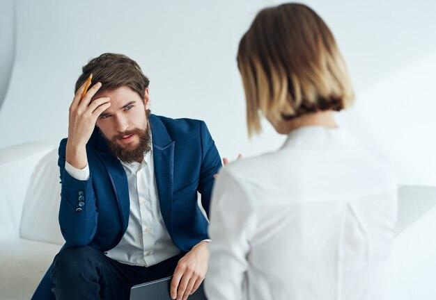 Psicólogo masculino trabalhando com paciente em consulta profissional