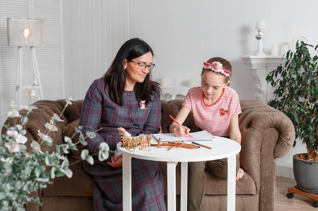 Psicólogo profissional com uma adolescente. divulgando uma criança através de um desenho