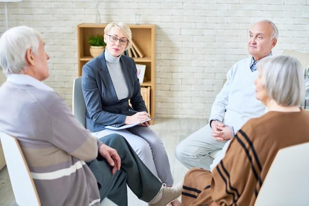 Psicólogo que consulta pessoas idosas no lar de idosos